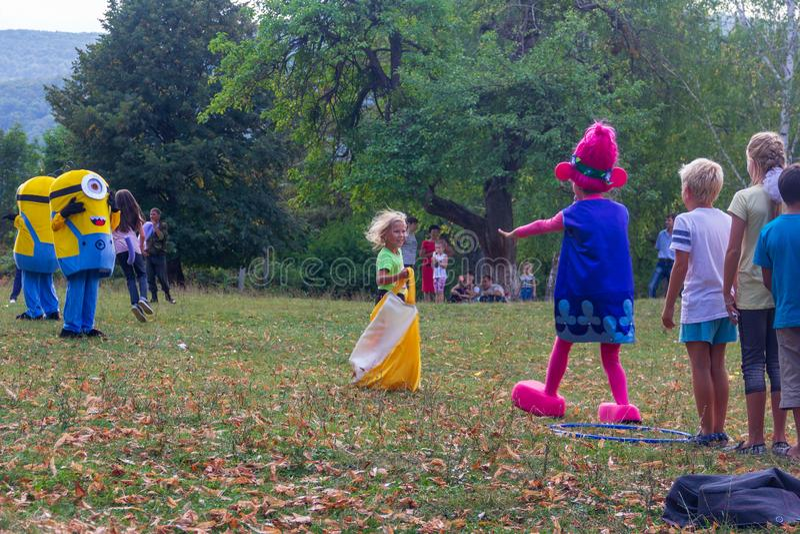 День праздника деревни Kamennomostsky с спортивные площадки и конкуренции ` s аниматоров и детей в парке осенью стоковые изображения rf
