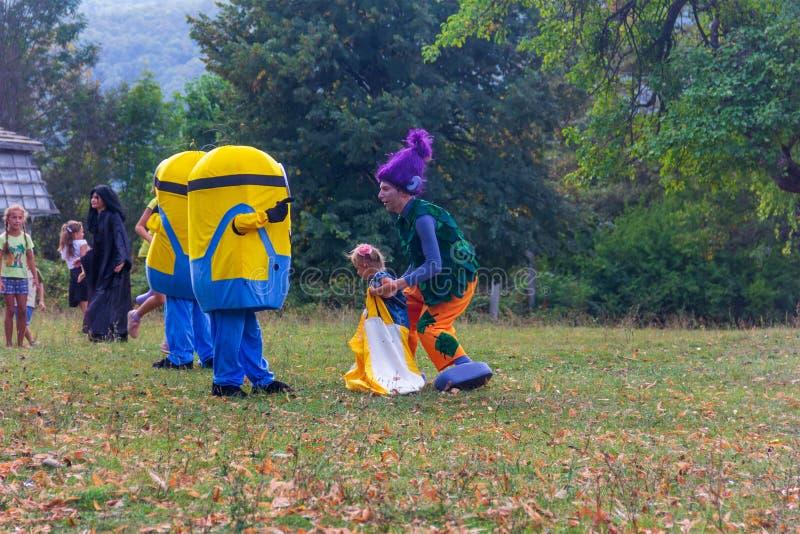 День праздника деревни Kamennomostsky с спортивные площадки и конкуренции ` s аниматоров и детей в парке осенью стоковая фотография