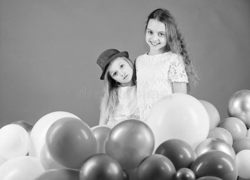 День рождения воздушного шара Братья девушек маленькие около воздушных шаров o Счастье и жизнерадостные моменты стоковая фотография