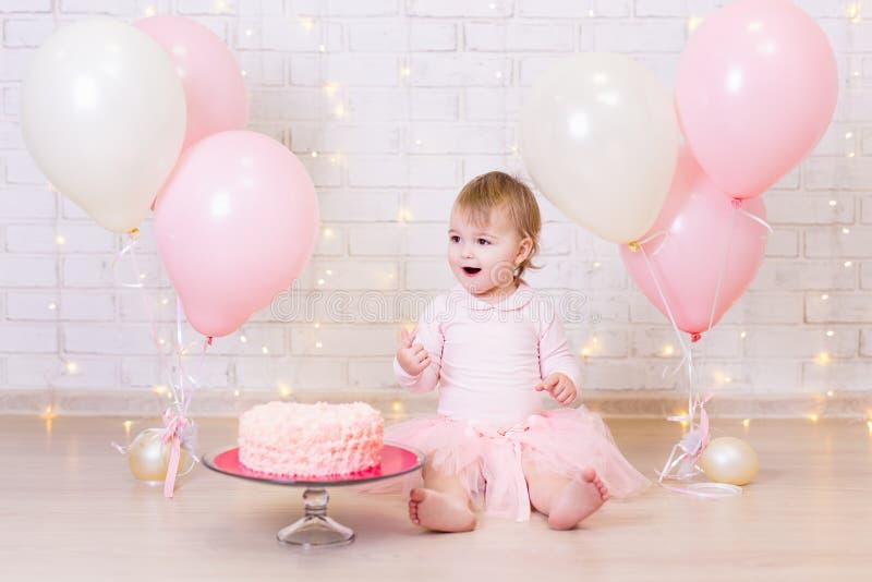 День рождения и концепция счастья - счастливая маленькая девочка с тортом и стоковое фото rf