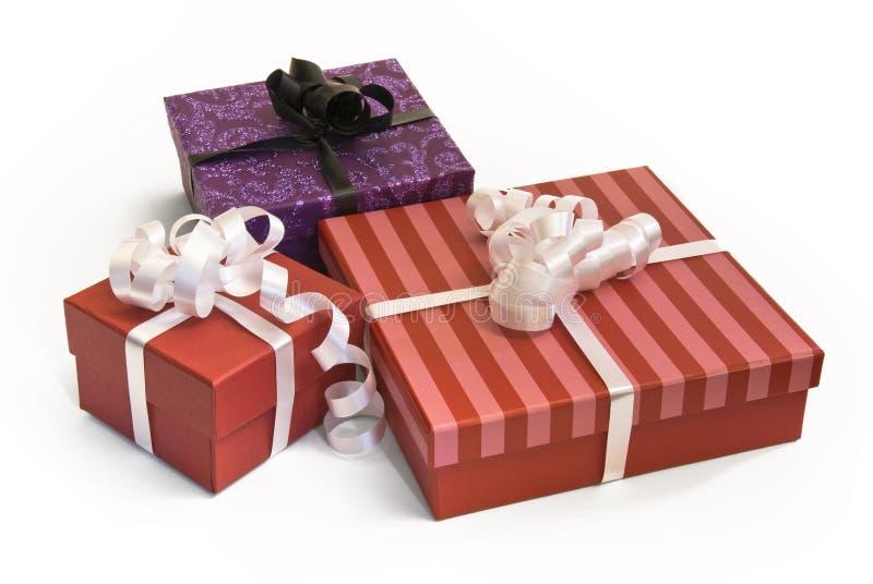 день рождения кладет подарок в коробку стоковые фотографии rf