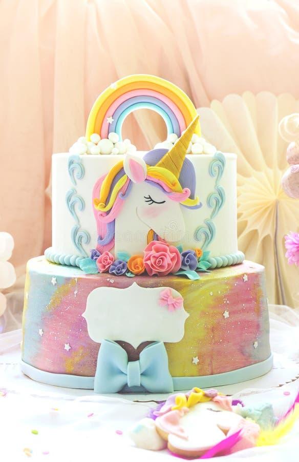День рождения маленькой девочки; таблица десерта с тортом единорога, торт-попами, печеньями сахара и украшением дня рождения стоковое фото rf