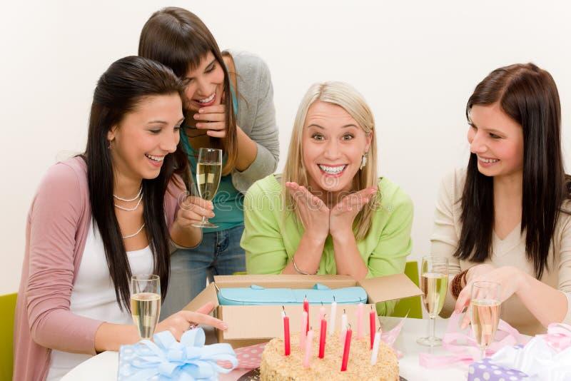 день рождения празднует женщину удивленную партией стоковые изображения rf