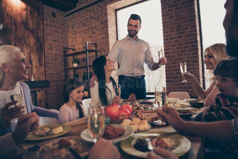День рождения холодка семьи близкого поднимающего вверх фото большой говорит сказать поговорить для того чтобы поговорить родстве стоковые фото