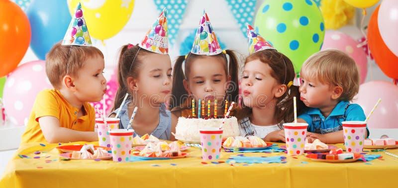 День рождения ` s детей счастливые дети с тортом стоковая фотография rf