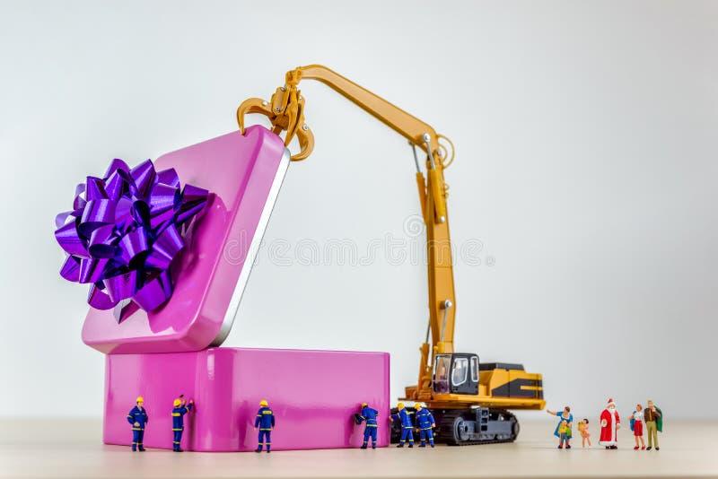 День рождественских подарков и концепция семьи Семья рождества раскрывает присутствующую коробку стоковое фото