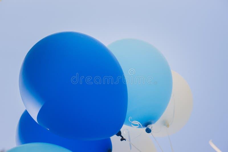 День рождения раздувает голубое и белое в парке города стоковые фотографии rf