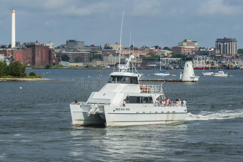 День рыбацкой лодки хартии славный тоже проходя маяк в гавани New Bedford стоковая фотография