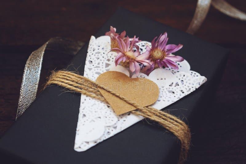 День Святого Валентина, подарочная коробка ремесла дня рождения с коробкой черноты оформления бумажной присутствующей с сердцем,  стоковое изображение rf