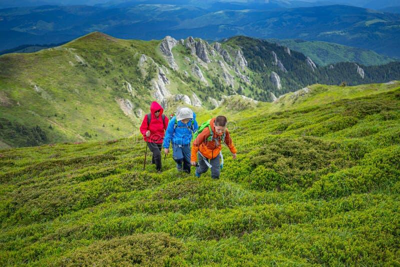 День семьи trekking стоковая фотография