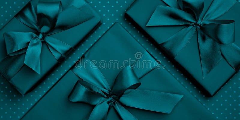 День сини или дня Святого Валентина или женщин подарочной коробки бирюзы плоский положенный, день рождения поздравительной открыт стоковые фото