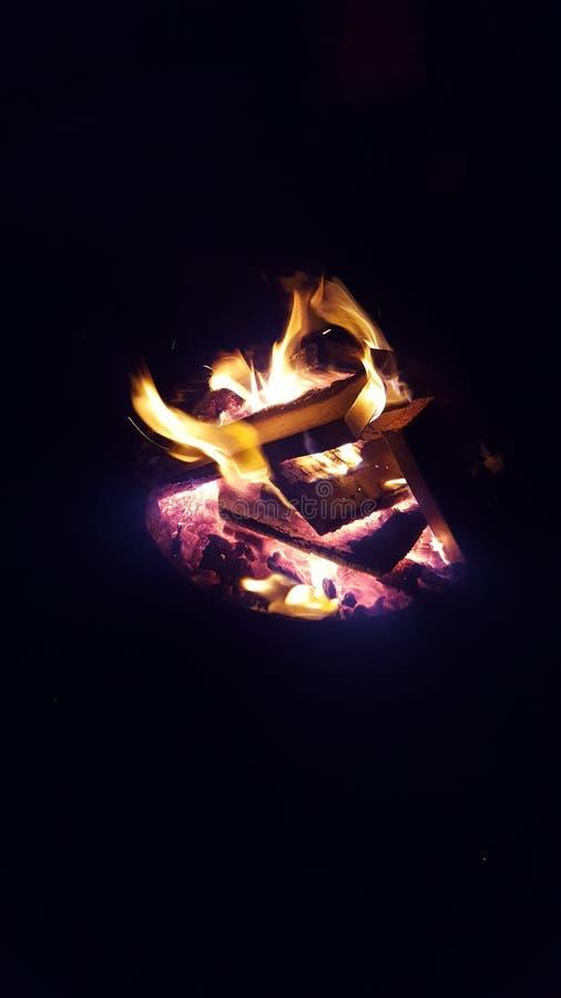 День снега потехи внутри рядом с огнем стоковое изображение rf