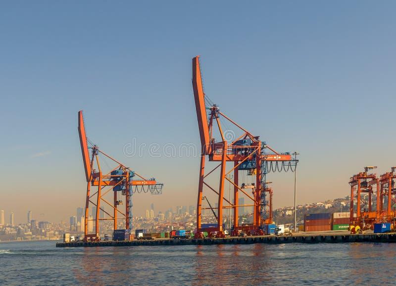 День снял кранов в верфи порта Haydarpasha, Стамбула, Турции с видом на город на заднем плане стоковые фотографии rf
