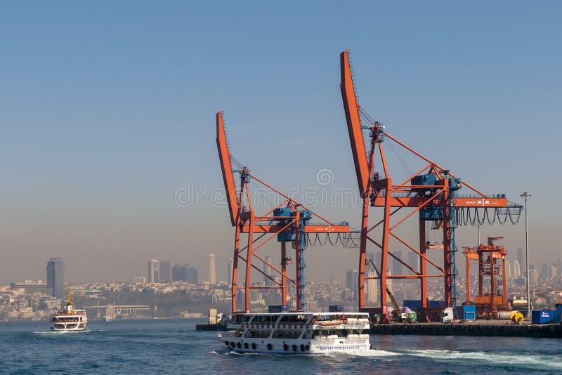 День снятый кранов в верфи порта Haydarpasha, и проходить паром с взглядом предпосылки Стамбула, Турция стоковая фотография rf