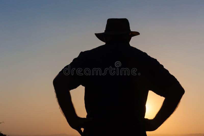 Download День человека над силуэтом захода солнца Стоковое Фото - изображение насчитывающей изображение, день: 33738760