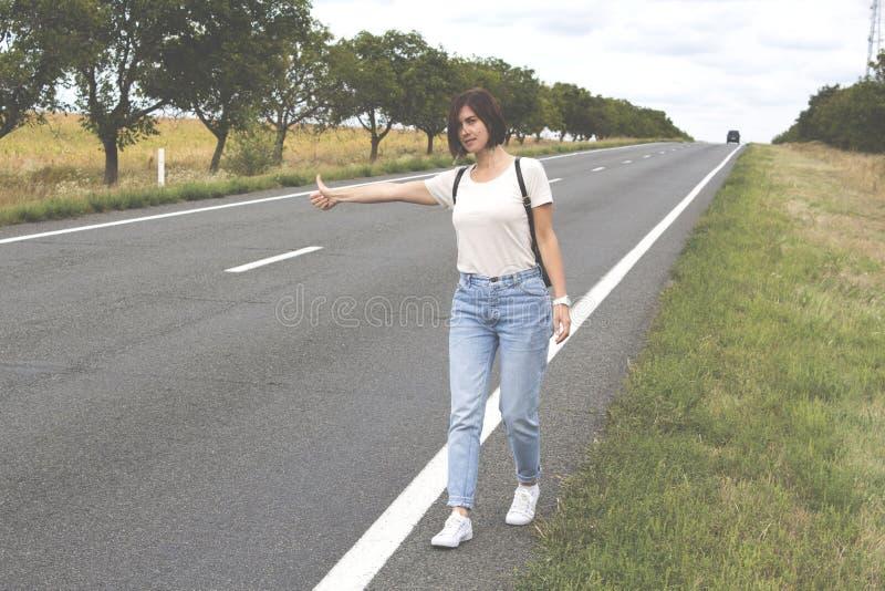 день hitchhiking горячее лето дороги стоковая фотография rf