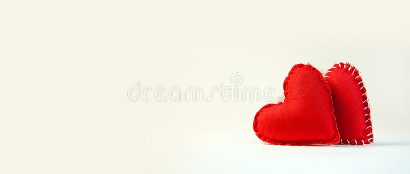 день ` s валентинки концепции 2 больших мягких сердца пусковых площадок на светлом Backg стоковое фото rf