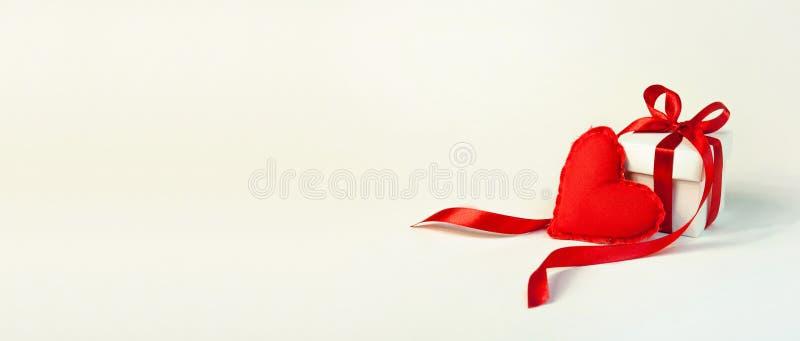 день ` s валентинки концепции 2 больших мягких сердца пусковых площадок на светлом Backg стоковая фотография