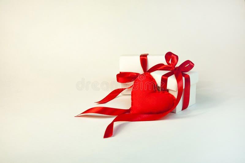 день ` s валентинки концепции Малые мягкие сердца пусковых площадок и белый подарок b стоковое фото