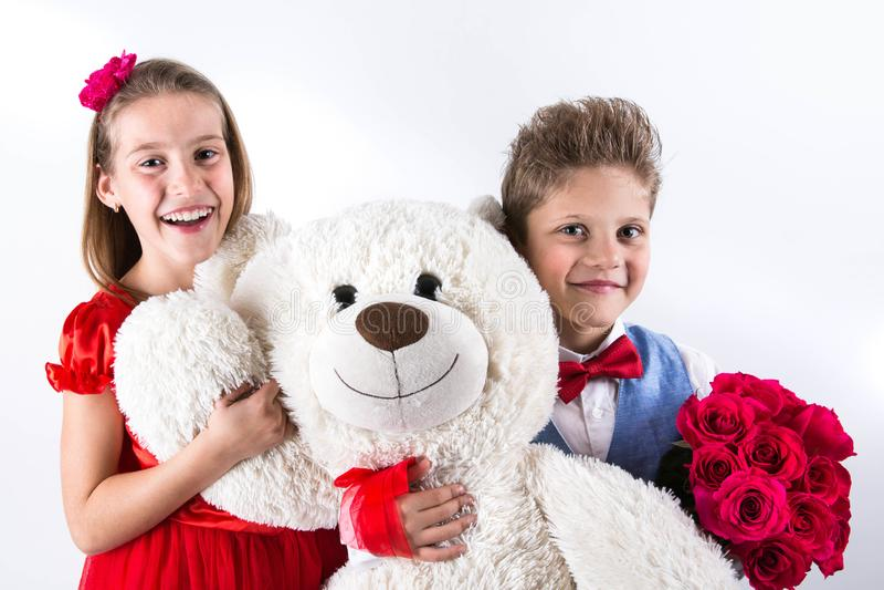 День ` s валентинки Святого Милая девушка с красным мальчиком платья и джентльмена с голубым жилетом, красная связь бабочки, крас стоковое фото rf