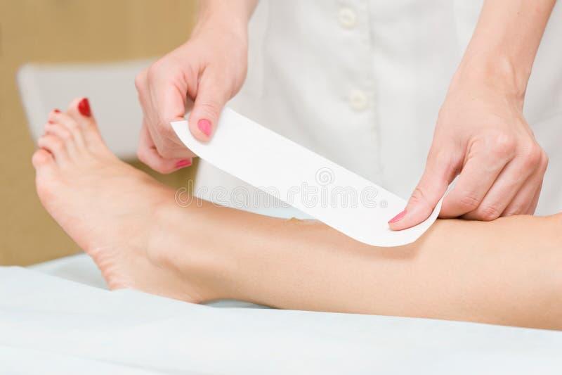 Депиляция женской ноги стоковое изображение