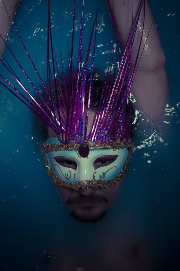 Download Депрессия, человек в голубом ушате вполне воды, концепции тоскливости Стоковое Фото - изображение насчитывающей сумматора, драматическо: 40578632
