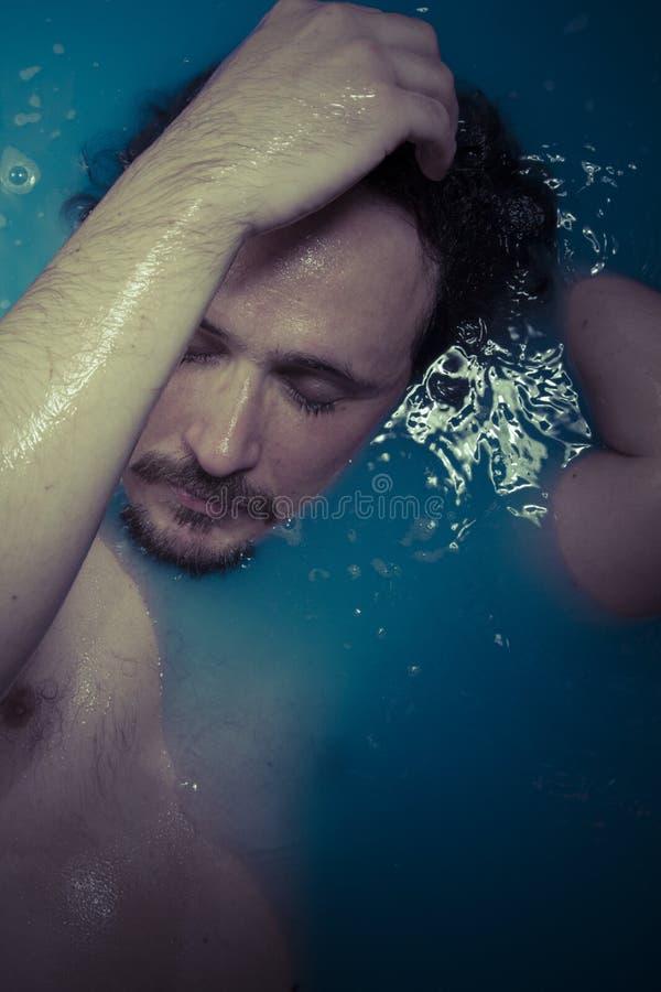 Download Депрессия, человек в голубом ушате вполне воды, концепции тоскливости Стоковое Изображение - изображение насчитывающей backhoe, оплакивать: 40578735