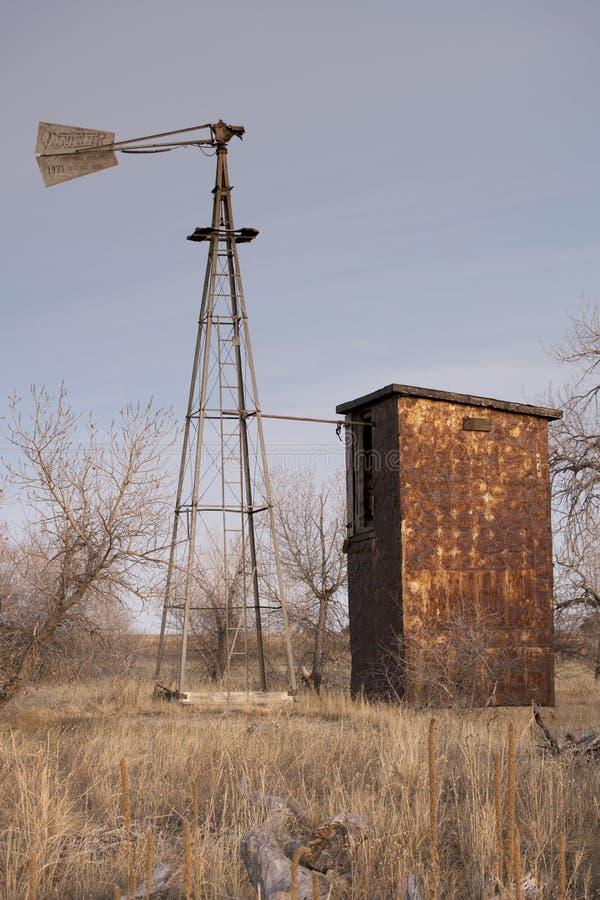Деревенская ветрянка на ранчо Колорадо стоковые фотографии rf