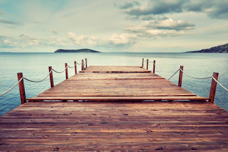 Деревенская деревянная пристань на море на унылый день стоковые фото