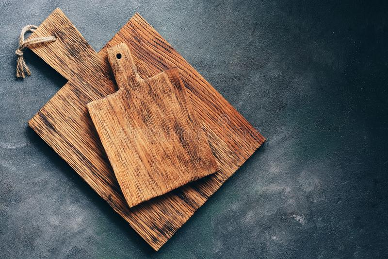 Деревенская деревянная разделочная доска 2 на серой предпосылке r стоковые фотографии rf
