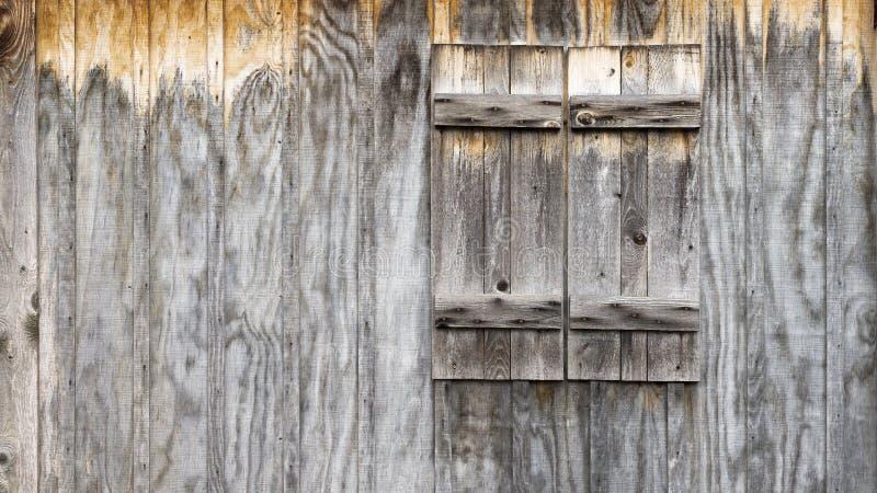 Деревенская деревянная стена амбара с предпосылкой штарок стоковое фото