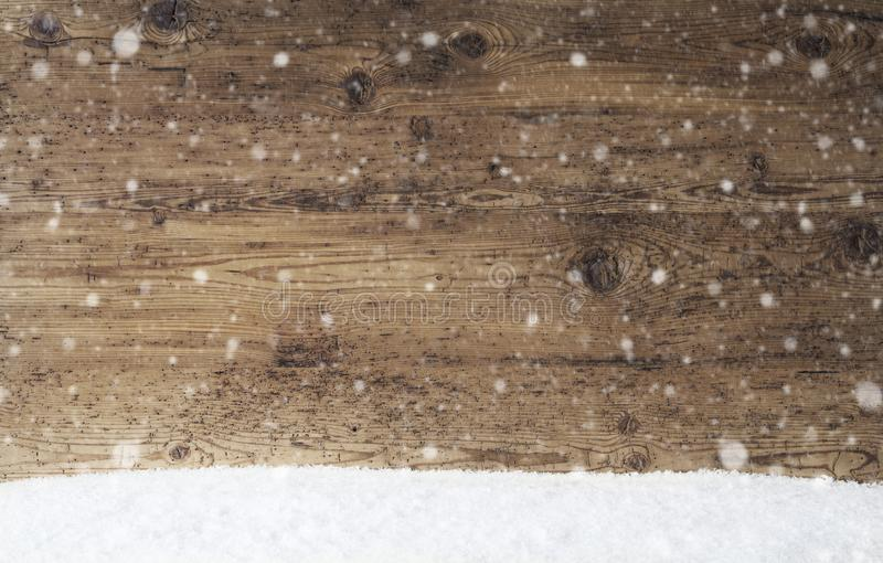 Деревенская деревянная текстура, предпосылка с снежинками, космос экземпляра, снег стоковое фото