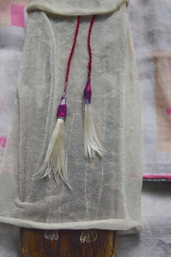 Деревенская деталь куклы покрашенных ног и прозрачной одежды стоковые изображения