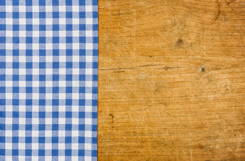 Деревенская деревянная предпосылка с голубой checkered скатертью стоковое изображение