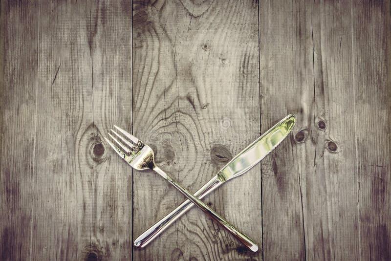 Деревенская деревянная предпосылка с серебряным столовым прибором стоковые изображения