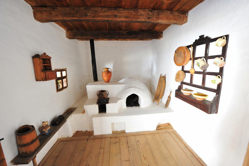 Деревенская кухня: печка и баки стоковая фотография