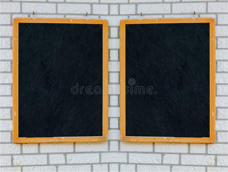Деревенская доска меню на каменной стене стоковое фото