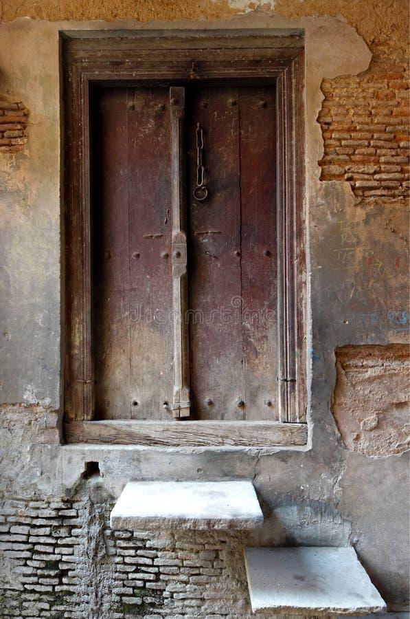 Деревенская стена гипсолита шелушения двери стоковое изображение rf