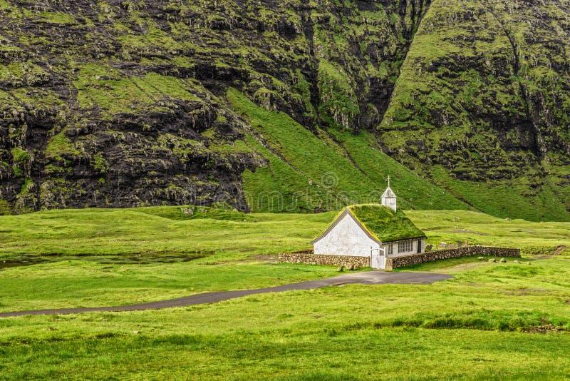 Деревенская церковь в Saksun, Фарерских островах, Дании стоковая фотография rf