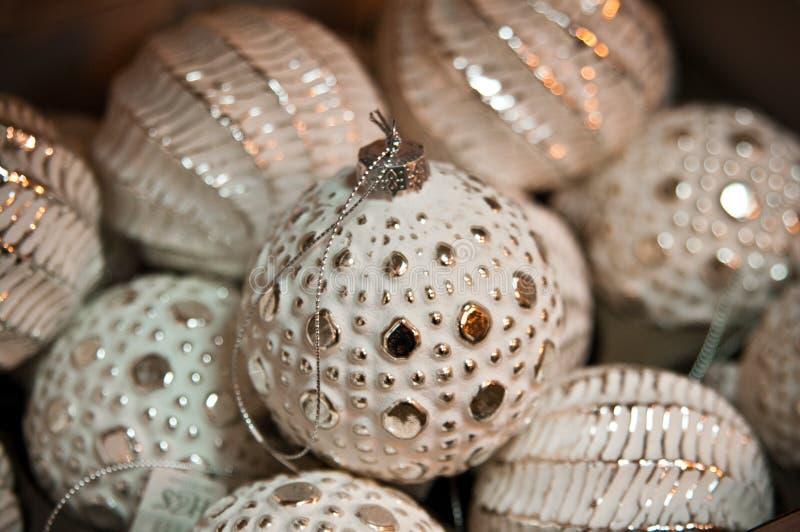 Деревенские белые и золотые безделушки рождества стоковое фото rf