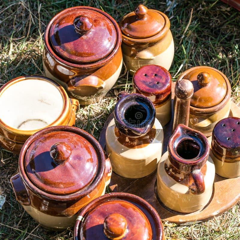 Деревенские коричневые potteries и контейнер condiment установили на распродажу старых вещей стоковое изображение rf