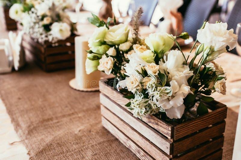 Деревенские украшения свадьбы деревянная коробка с букетом цветков o стоковые фото