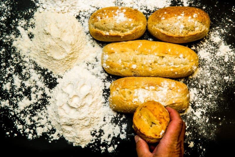 Деревенские хлебы на черном счетчике с пшеницей и белой мукой стоковая фотография