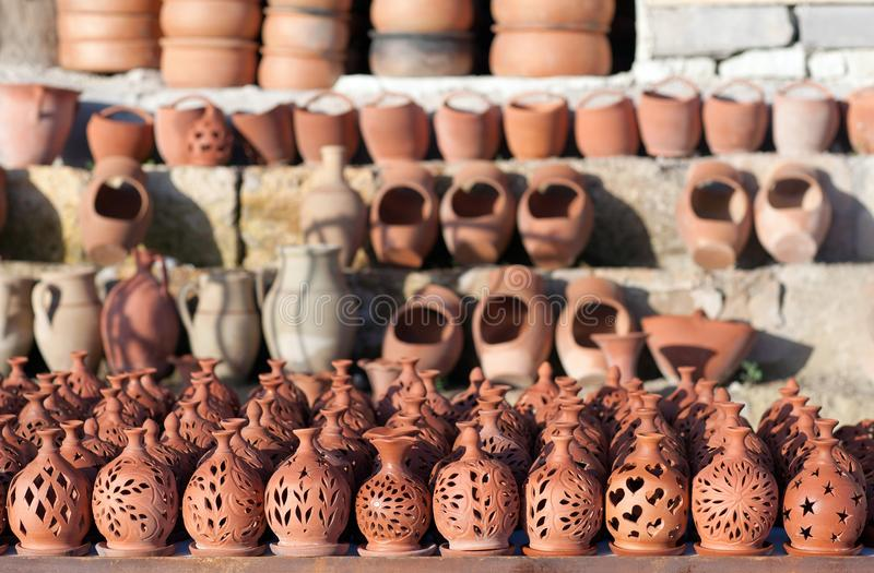 Деревенские handmade керамические глиняные горшки на рынке ремесленничества улицы T стоковые изображения
