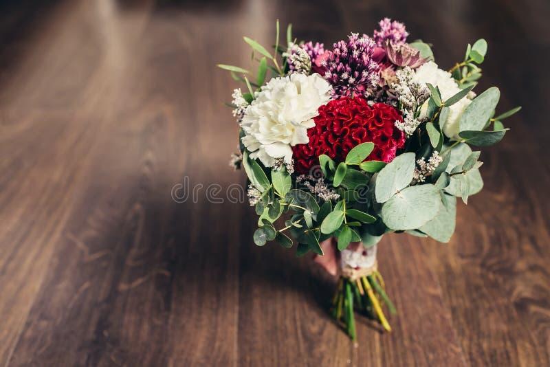 Деревенский букет свадьбы на деревянной предпосылке стоковое изображение