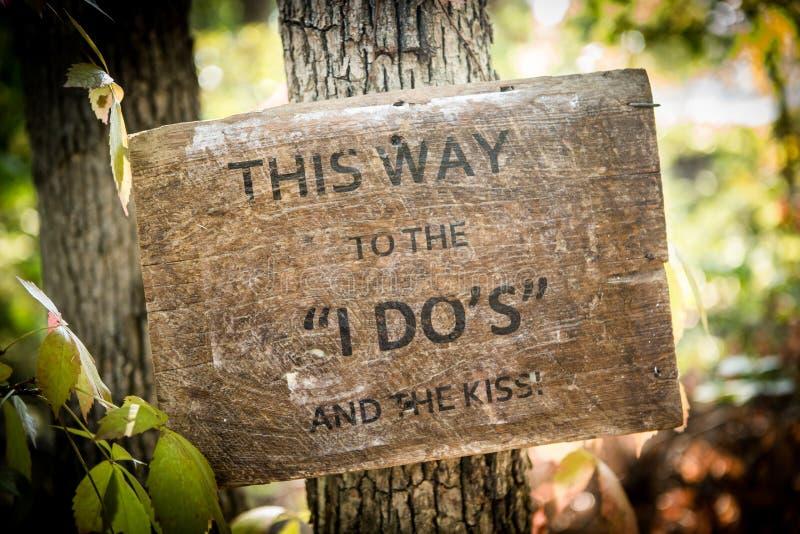 Деревенский деревянный знак свадьбы с сочинительством стоковая фотография
