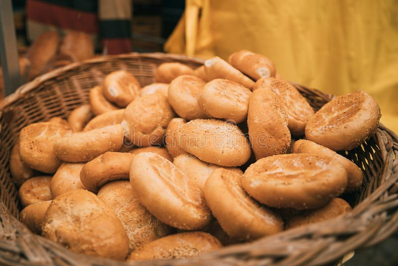 Деревенский домодельный хлеб в старой плетеной корзине стоковое изображение rf