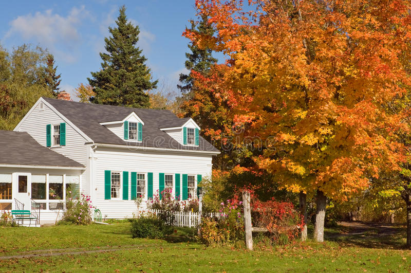 деревенский дом осени стоковое изображение
