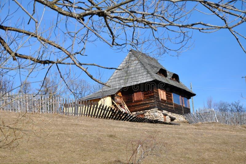 Download Деревенский деревянный дом стоковое изображение. изображение насчитывающей историческо - 37927171