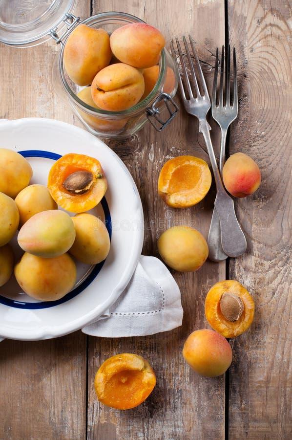 Деревенский натюрморт с абрикосами стоковые фотографии rf